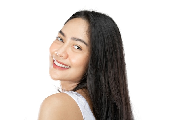 Close up van aantrekkelijk meisje met lang zwart haar