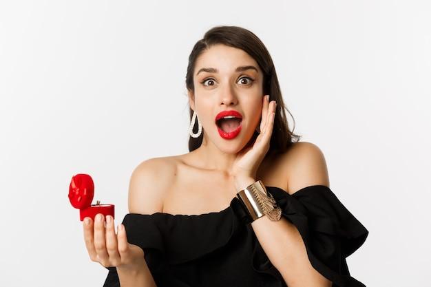 Close-up van aantrekkelijke jonge vrouw met rode lippenstift