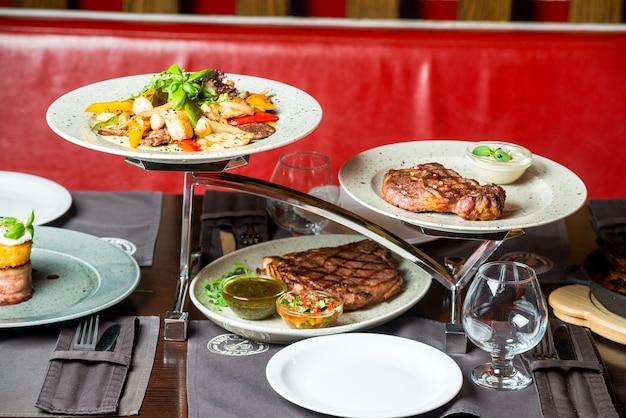 Close up van afgehakte tafel met ander voedsel