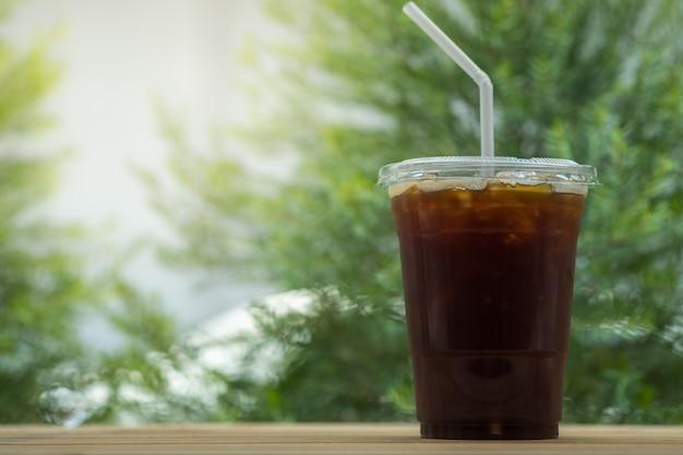 Close-up van afhaalmaaltijden plastic kopje ijskoude zwarte koffie americano