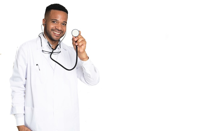 Close-up van afrikaanse amerikaanse jonge zwarte arts die en gelukkig met stethoscoop op geïsoleerd glimlacht