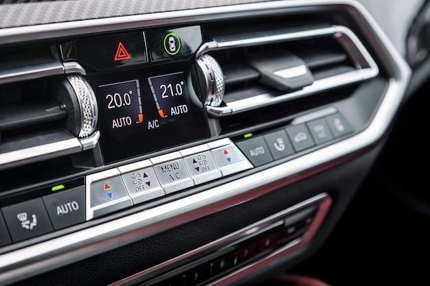 Close-up van afzonderlijke klimaatbeheersing in een dure auto. conditioner en luchtstroomregeling in een moderne auto