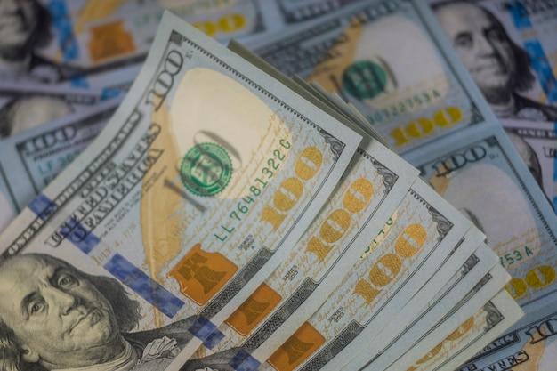Close-up van amerikaanse bankbiljetten van honderd dollars