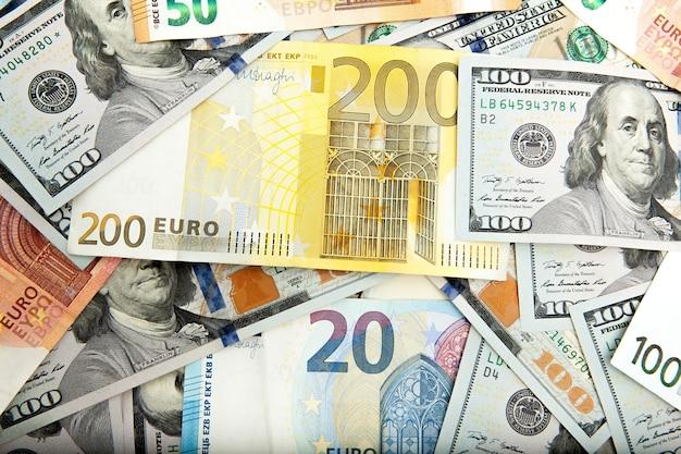 Close-up van amerikaanse dollars en euro's