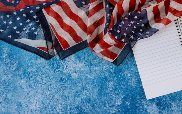 Close-up van amerikaanse vlag op gedenkteken en amerikaanse patriottische dag van de arbeid
