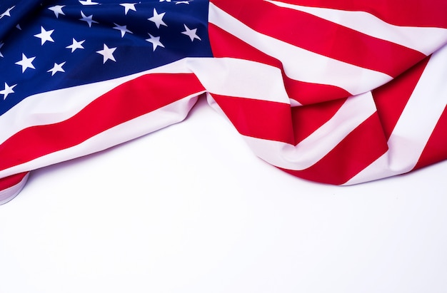 Close-up van amerikaanse vlag op witte achtergrond.
