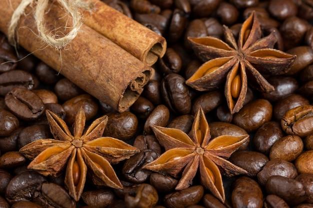 Close-up van anijs sterren, kaneel en koffie