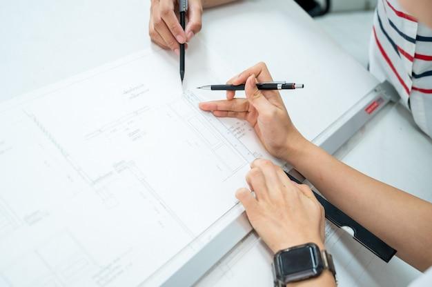 Close up van architect tekening op architectonisch project design bezig met blauwdruk planning concept.