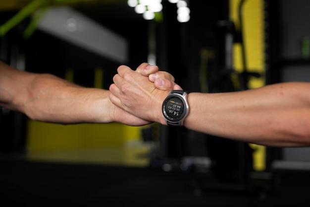 Close-up van atleten die elkaars hand vasthouden