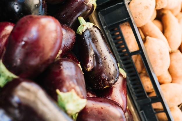 Close-up van aubergines in krat voor de verkoop