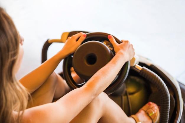 Close-up van auto van de vrouwen de drijvende bumper bij pretpark
