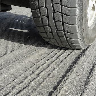 Close-up van autobanden op het zand extreem avontuur