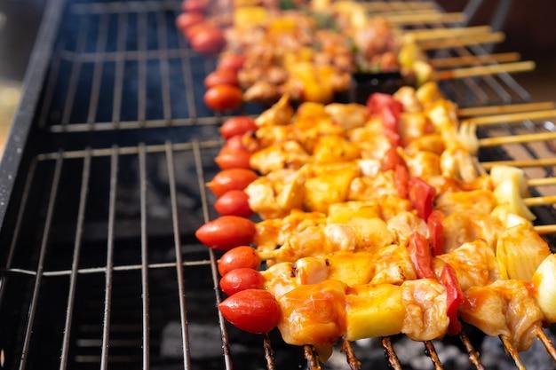 Close-up van barbecue bij de grill