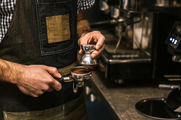 Close-up van barista latte voorbereiden.