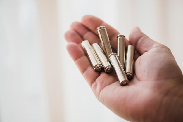 Close-up van batterijcellen in de hand