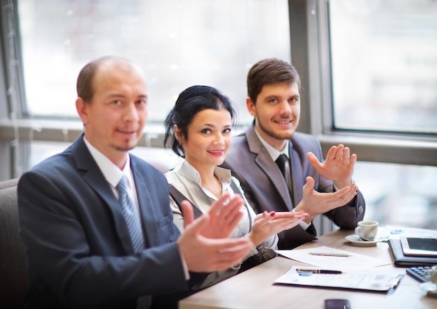 Close-up van bedrijfsmensen die handen klappen. seminar bedrijfsconcept