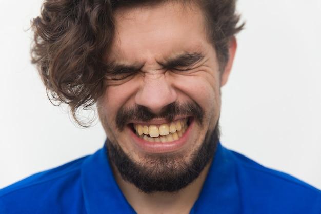 Close-up van beklemtoond ongelukkig mannelijk gezicht