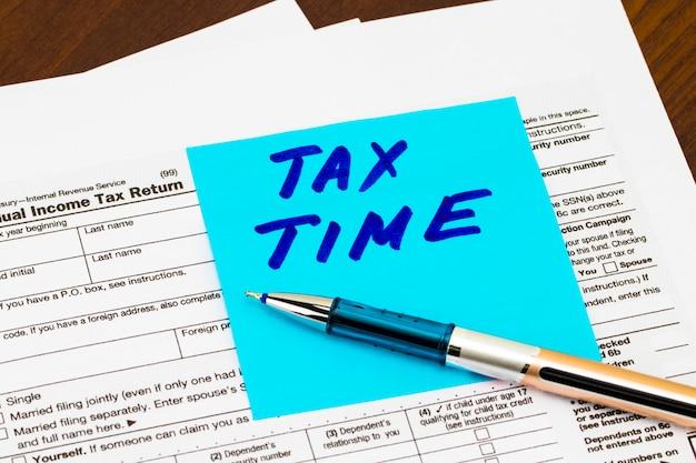 Close-up van belastingtijd. geschreven op plaknotities
