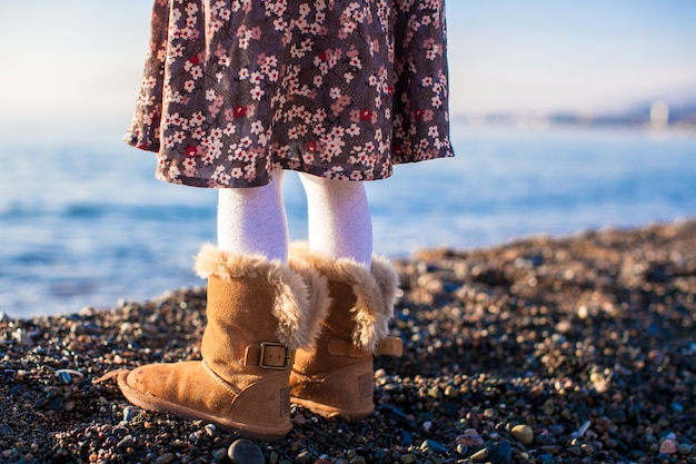 Close-up van benenmeisje in comfortabele bontlaarzen