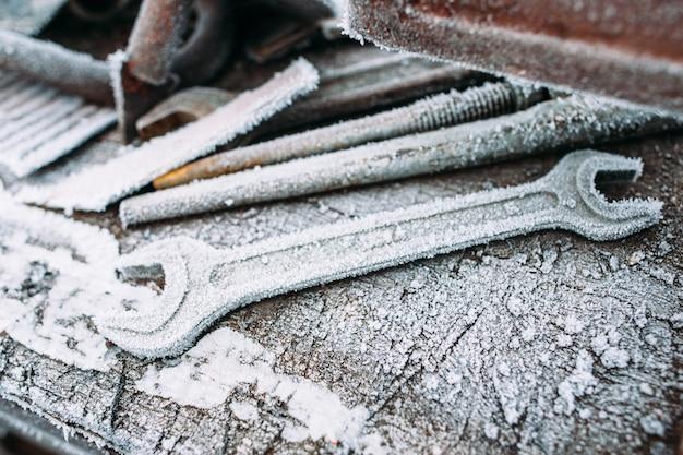 Close-up van berijpte verstelbare sleutels. gereedschap in de winter buiten laten staan. koud, vroege vorst, hoar concept