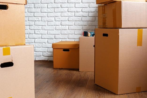 Close-up van bewegende kartonnen dozen in een lege ruimte