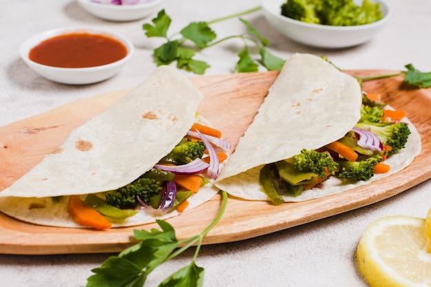 Close-up van biologische groenten verpakt in pitabroodje