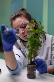 Close up van bioloog onderzoeker met behulp van micropipet genetische oplossing aanbrengend reageerbuis