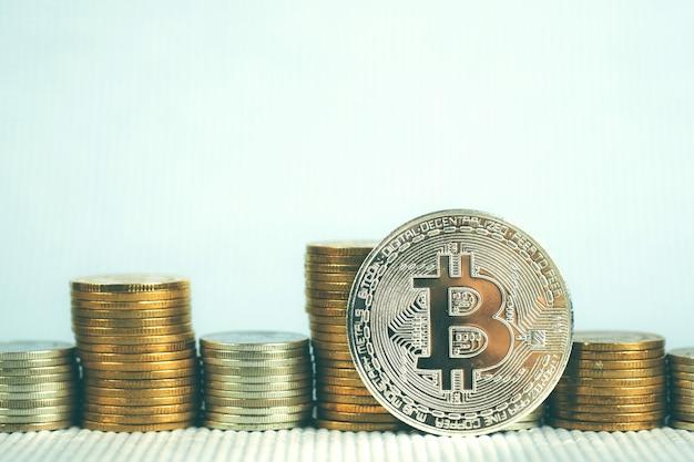Close-up van bitcoin digitale munt en muntstukgeldstapel