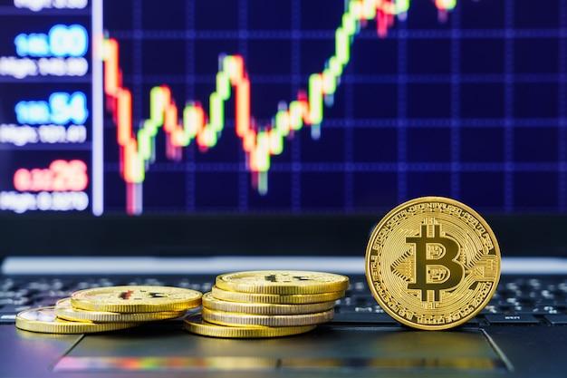 Close-up van bitcoin-munten met prijsgrafiek voor handelsbeurzen exchange Premium Foto