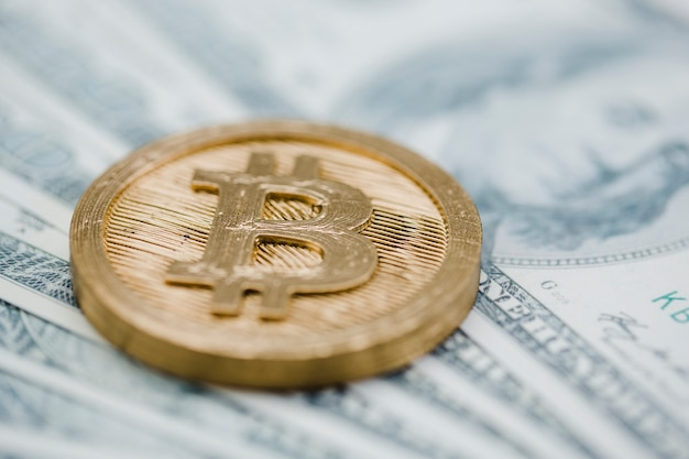 Close-up van bitcoin over de amerikaanse dollarbankbiljetten