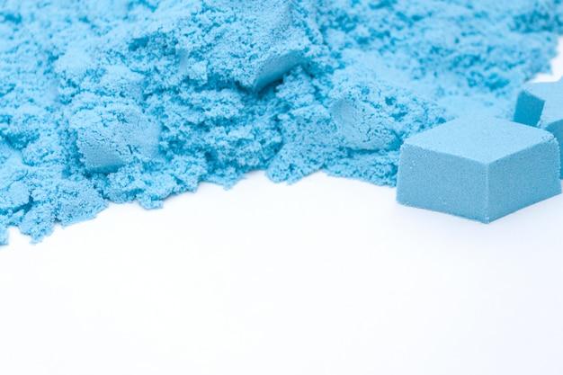 Close-up van blauw kinetisch zand. kids ontwikkelingsconcept.