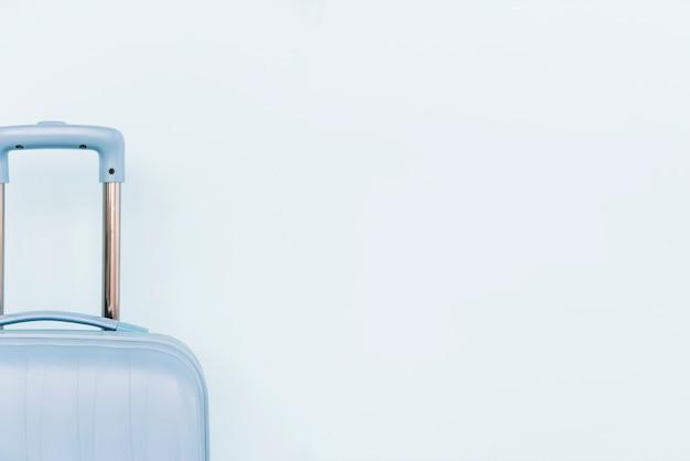 Close-up van blauwe bagagezak op witte achtergrond