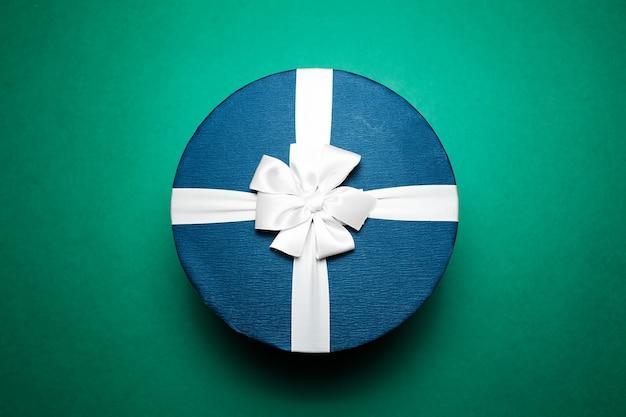 Close-up van blauwe geschenkdoos met witte strik,