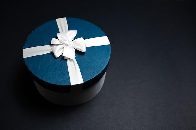 Close-up van blauwe giftdoos met witte lintboog
