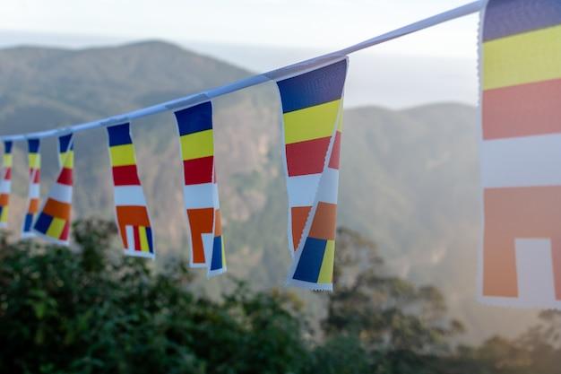 Close-up van boeddhistische vlaggen dichtbij adams-piek, sri lanka