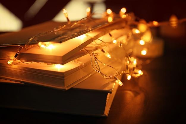 Close-up van boeken en mooie slinger op tafel