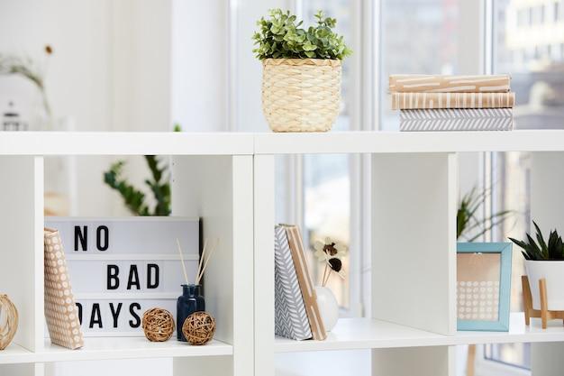 Close-up van boekenkasten met boeken en bloemen in huiselijke kamer
