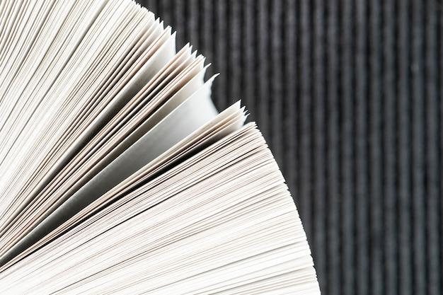 Close-up van boekpagina's met zwarte achtergrond