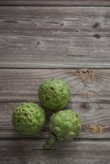 Close-up van boomartisjokken op houten oppervlakte