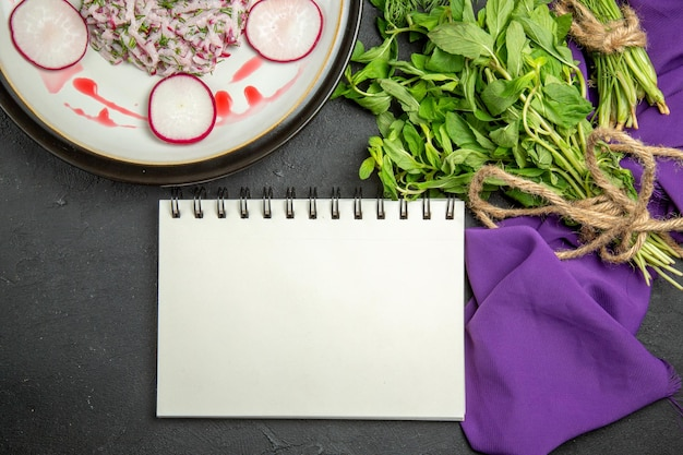 Close-up van bovenaf een smakelijk gerecht een smakelijk gerecht groenen met touw notitieboekje