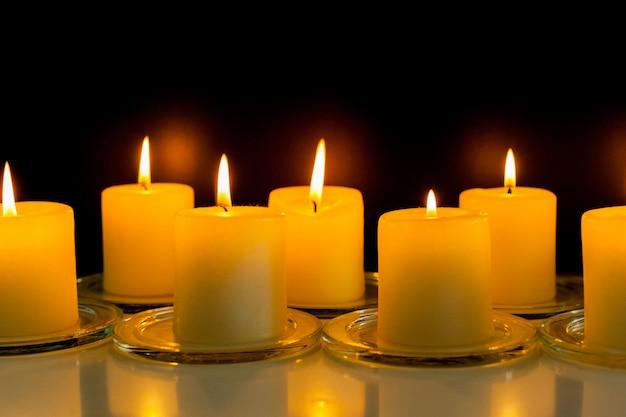 Close-up van brandende kaarsen in het donker