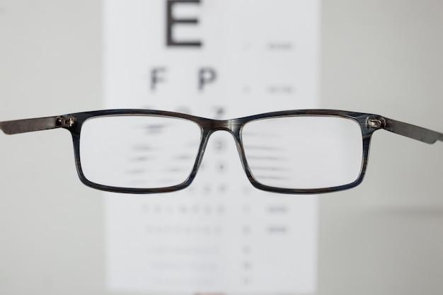 Close-up van brillen voor visie, wijzend op tafel om weergave te controleren