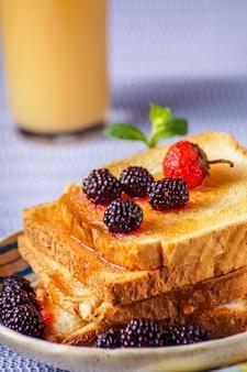 Close-up van broodtoosts met verse bes, drank op backgroun