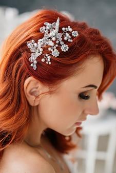 Close-up van bruiloft haar styling met ornamenten