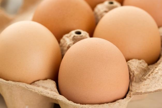 Close-up van bruine eieren in eierdoos