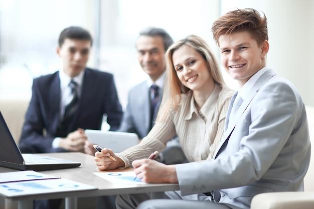 Close-up van business team werkt met de financiële schema's op de werkplek op kantoor