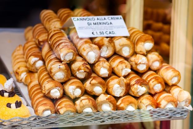 Close-up van cannoli met roomkaas geranseld het vullen dessert wordt gevuld dat