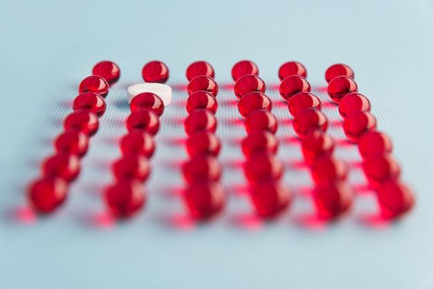 Close up van capsules met een witte pil
