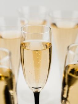 Close-up van champagneglas met bubbels