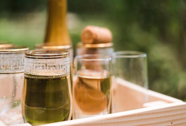 Close-up van champagneglazen in houten krat